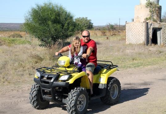 Allana en haar Sandveld-hero op die vierwiel